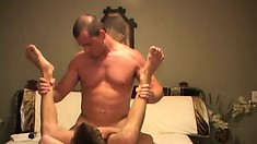 Burly hunk with nice muscles gets down to fuck a twink nice and deep
